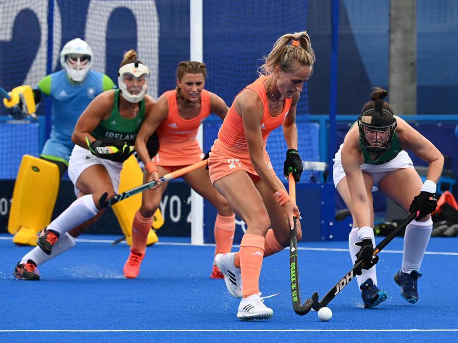 Lauren Lara Jeanette Stam (la seconda a destra2) dei Paesi Bassi e l'irlandese Roisin Upton durante la competizione di hockey su prato (Afp/Luis Acosta)