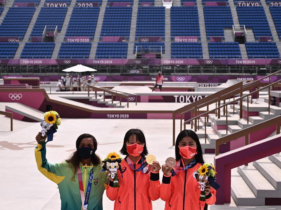 Da sinistra a destra: la brasiliana Rayssa Leal (argento), la giapponese  Momiji Nishiya (oro) e la giapponese Funa Nakayama (bronzo) sul podio dopo la finale femminile di skateboarding  (Afp/Jeff Pachoud)