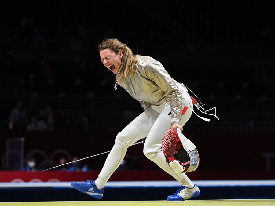 La francese Manon Brunet festeggia dopo aver vinto contro la giapponese Misaki Emura nelle qualifiche individuali di sciabola femminile  (Afp/Fabrice Coffrini)