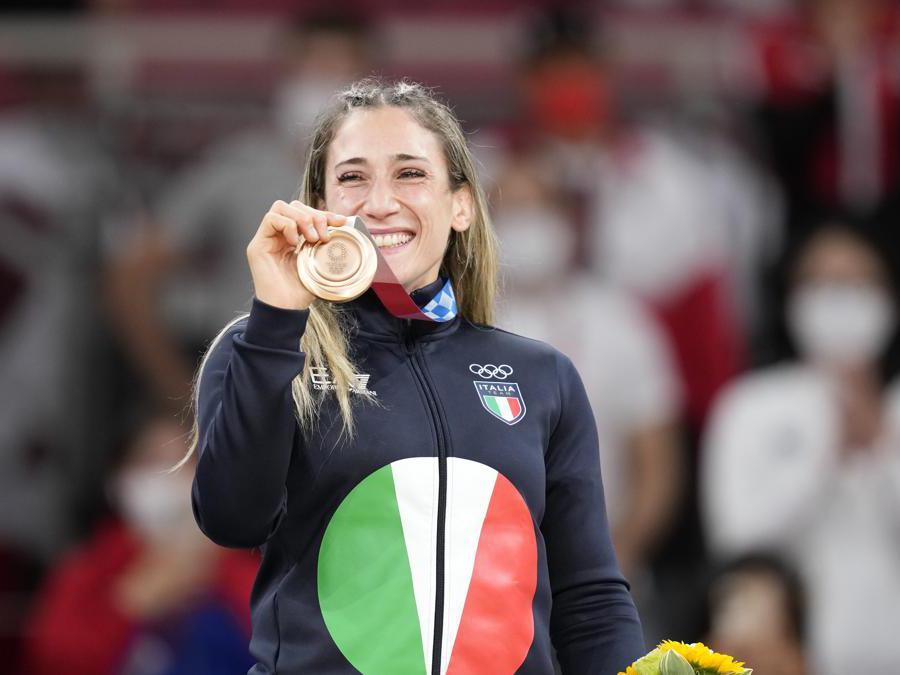 Maria Centracchio in posa con la medaglia (AP Photo/Vincent Thian)