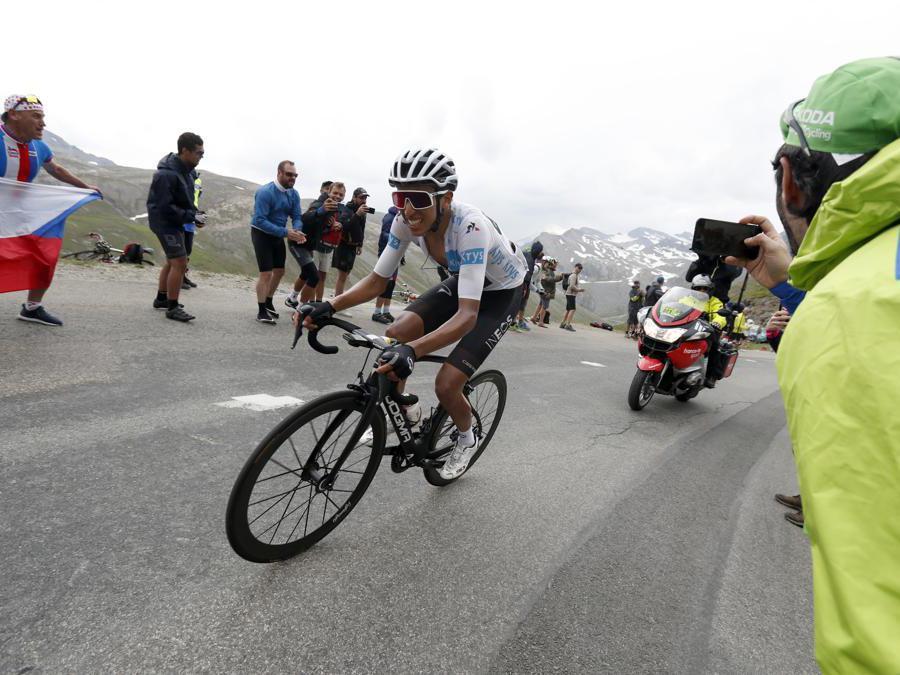 Il colombiano Egan Bernal del  Team INEOS, nuova maglia gialla  (AP Photo/Thibault Camus)