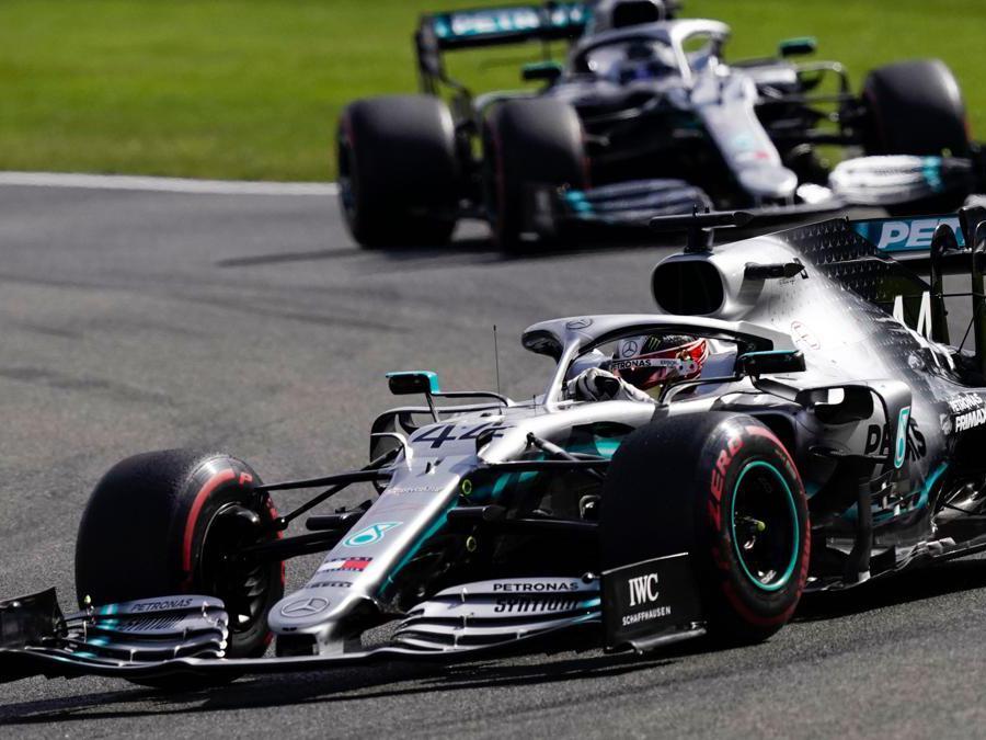 Le Mercedes di  Lewis Hamilton e  Valtteri Bottas (Photo by Kenzo TRIBOUILLARD / AFP)