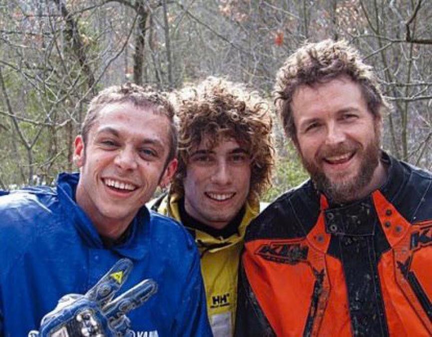 La foto postata da Jovanotti su Facebook. Una foto di qualche anno fa, con tre ragazzi scarmigliati dalla corsa in moto: sono Marco Simoncelli, Valentino Rossi e Jovanotti.   (Ansa/Internet/Facebook)