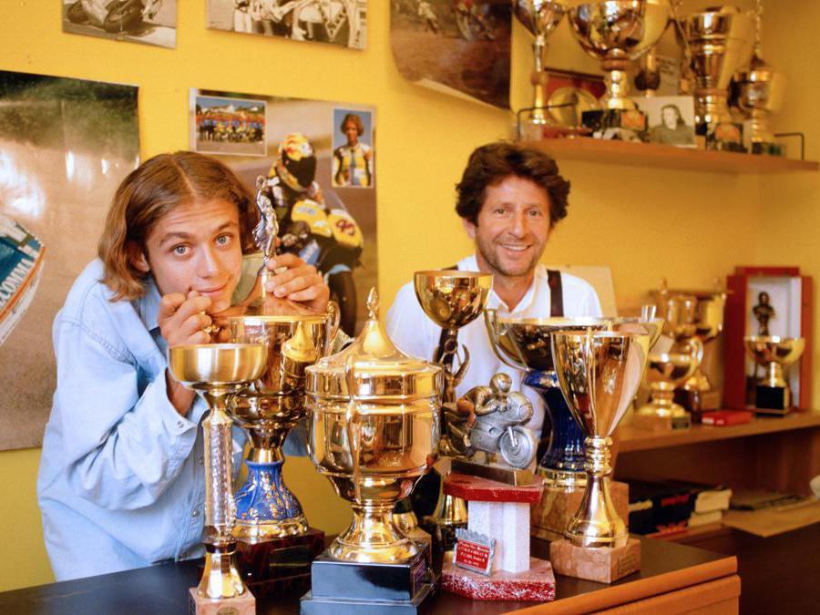 Valentino Rossi con il padre Graziano nella sua stanza con le coppe e i trofei vinti (Ipp/Paolo Bona)