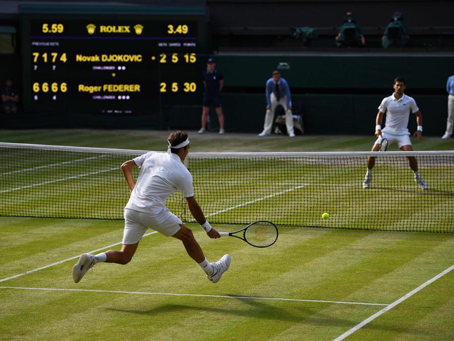 Roger Federer (sinistra)  e  Novak Djokovic (destra). (Photo by Daniel LEAL-OLIVAS / AFP)