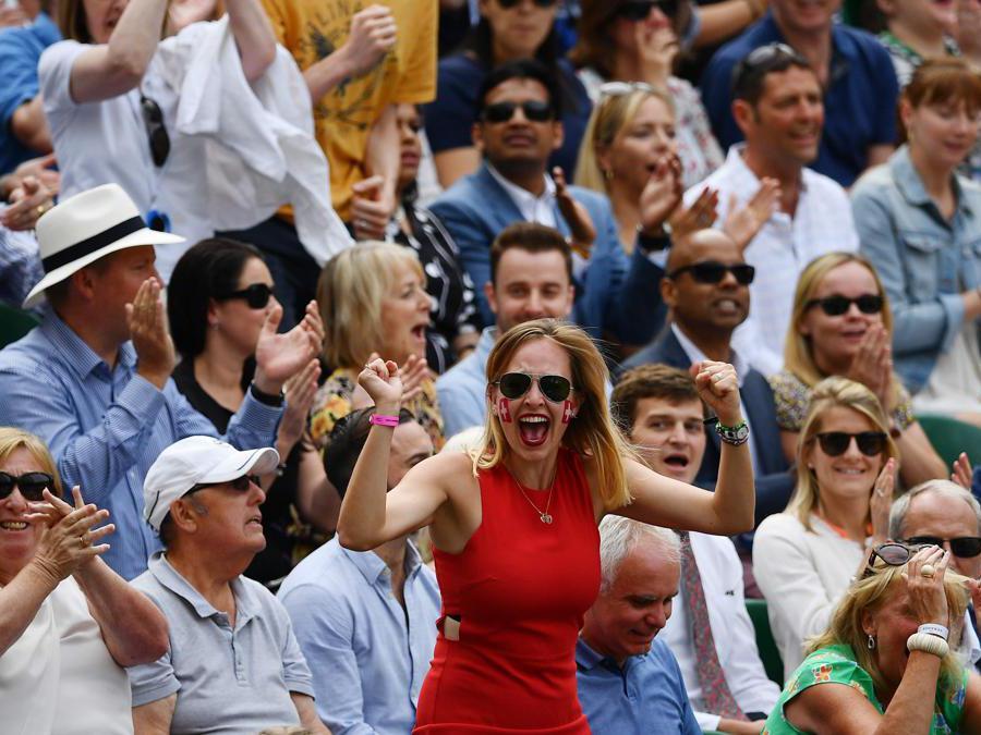 Una tifosa di Federer . (Photo by Daniel LEAL-OLIVAS / AFP)