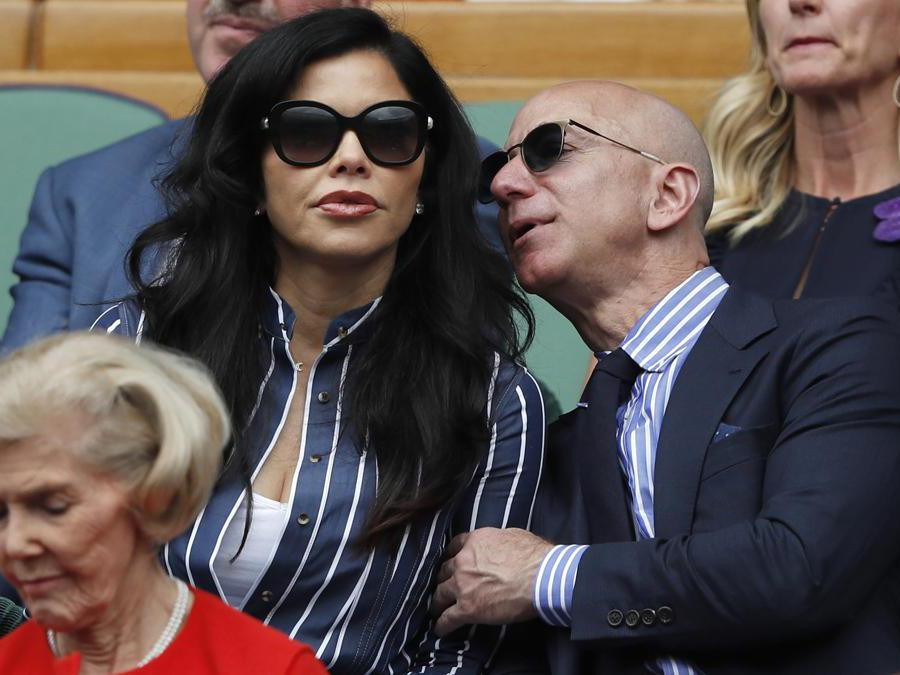 Il fondatore e CEO di Amazon Jeff Bezos, a destra, e Lauren Sanchez. (Adrian Dennis/Pool Photo via AP)