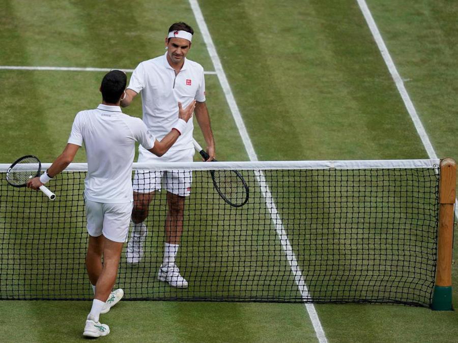 Novak Djokovic (sinistra)  stringel la mano a  Roger Federer. EPA/WILL OLIVER