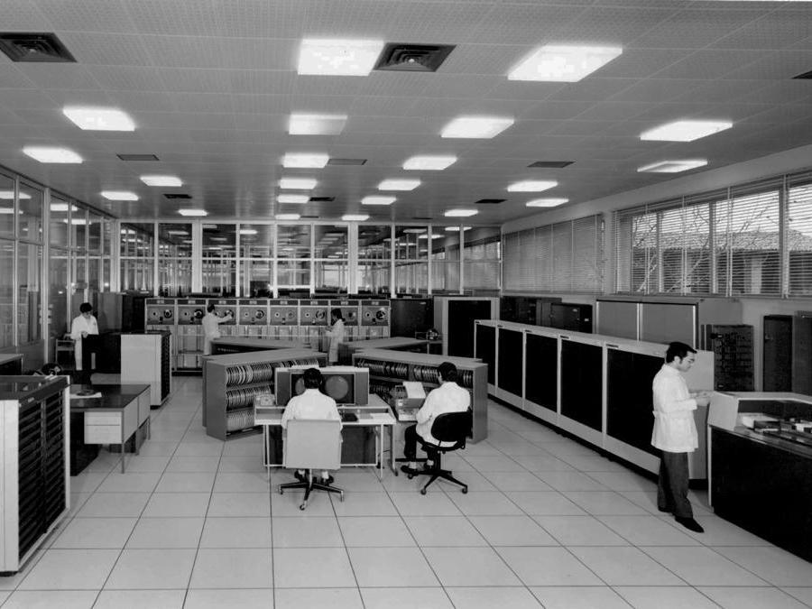 Una sala macchine del centro di supercalcolo Cineca di Bologna degli anni 70