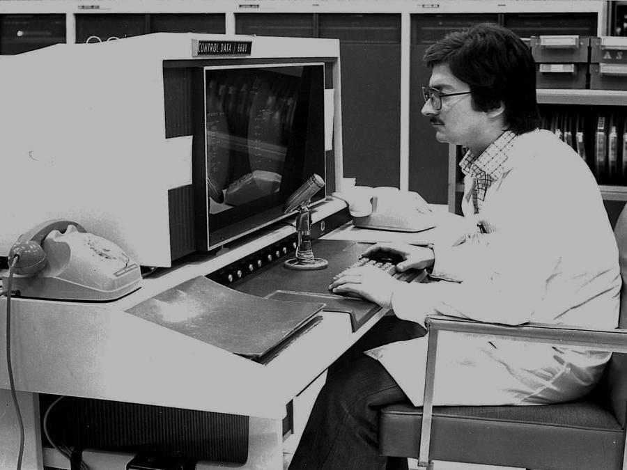 Operatore Cineca addetto al controllo dei dati in una foto degli anni 70
