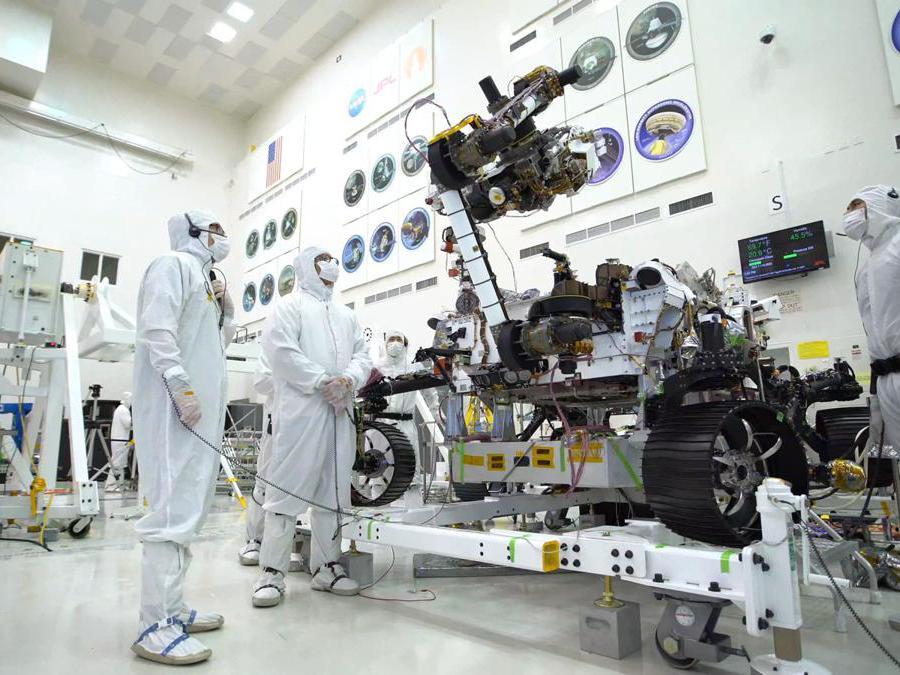 In questa immagine, scattata il 19 luglio 2019, nella camera bianca dello stabilimento di assemblaggio di veicoli spaziali a JPL, il braccio del rover lungo 7 piedi (2,1 metri di lunghezza) manovra il suo sensore da 88 libbre (40 chilogrammi) torretta mentre si sposta da una configurazione dispiegata a una stivata. (Credit: NASA/JPL-Caltech)