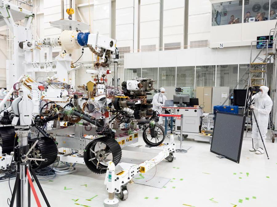 In questa immagine, gli ingegneri testano le telecamere sulla parte superiore dell'albero e del telaio anteriore del rover Mars 2020. L'immagine è stata scattata il 23 luglio 2019, nell'High Bay 1 della Facility Assembly Assembly presso il Jet Propulsion Laboratory della NASA a Pasadena, California. (Credit: NASA/JPL-Caltech)