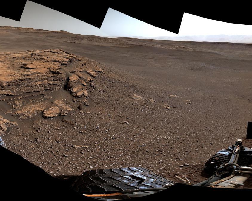 """Questo panorama a 360 gradi di un luogo chiamato """"Teal Ridge"""" è stato catturato su Marte dalla Mast Camera  sul rover Curiosity della NASA il 18 giugno 2019, il 2.440 ° giorno marziano  della missione. (Credit: NASA/JPL-Caltech/MSSS)"""