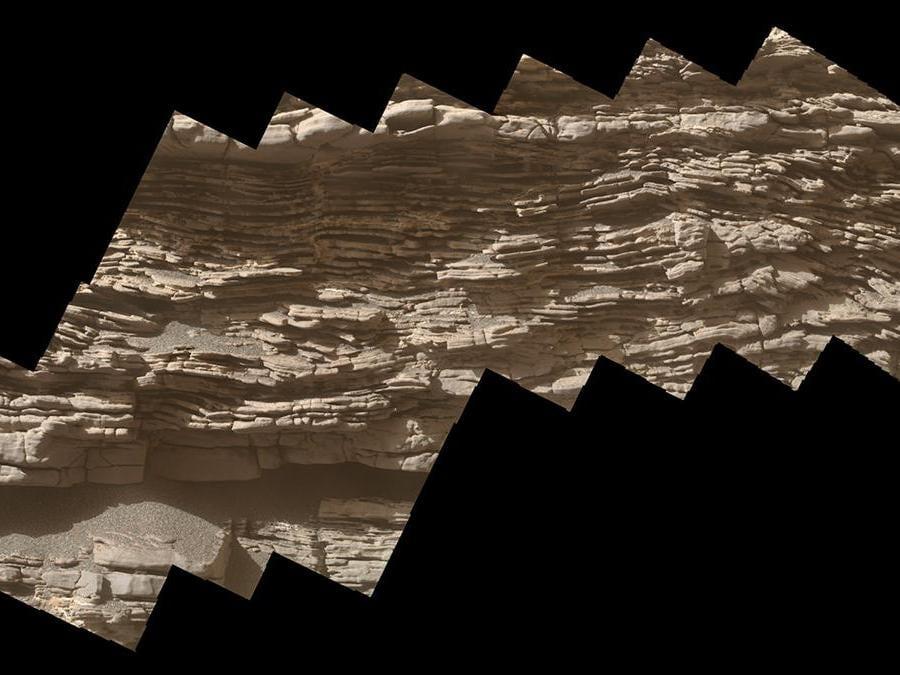 """Questo mosaico di immagini mostra strati di antichi sedimenti su una roccia grande come un masso chiamata """"Strathdon"""", come visto dalla telecamera Mars Hand Lens Imager (MAHLI) all'estremità del braccio robotico sul rover Curiosity della NASA. Le immagini sono state prese il 10 luglio 2019, il 2,462 ° giorno marziano  della missione. (Credit: NASA/JPL-Caltech/MSSS)"""