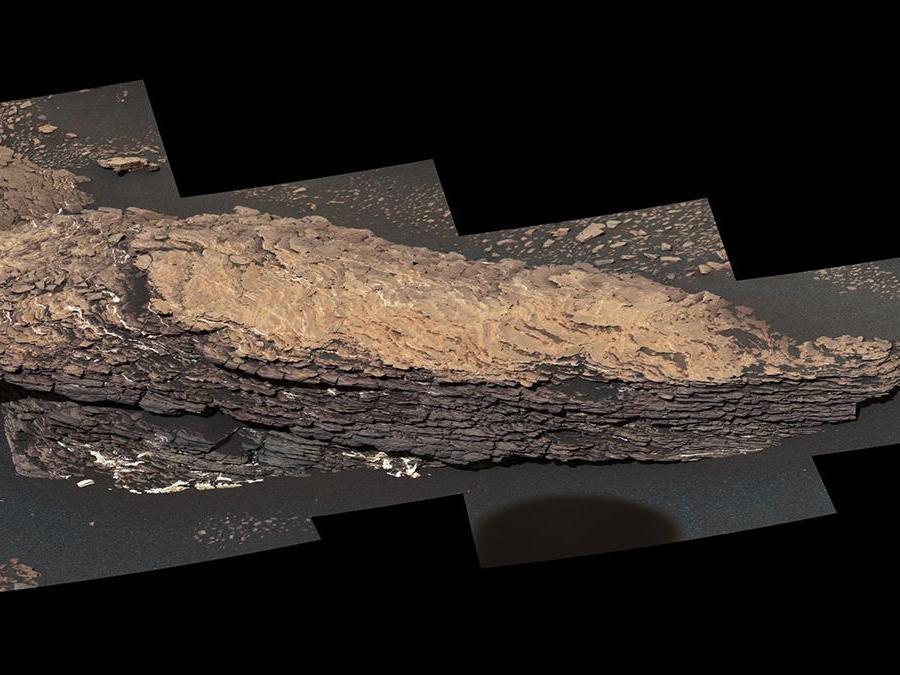 """Questo mosaico di immagini mostra una roccia delle dimensioni di un masso chiamata """"Strathdon"""", che è composta da molti strati complessi. Il rover Curiosity Mars della NASA ha scattato queste immagini usando la sua Mast Camera il 9 luglio 2019, il 2,461 °  giorno della missione. (Credit: NASA/JPL-Caltech/MSSS)"""