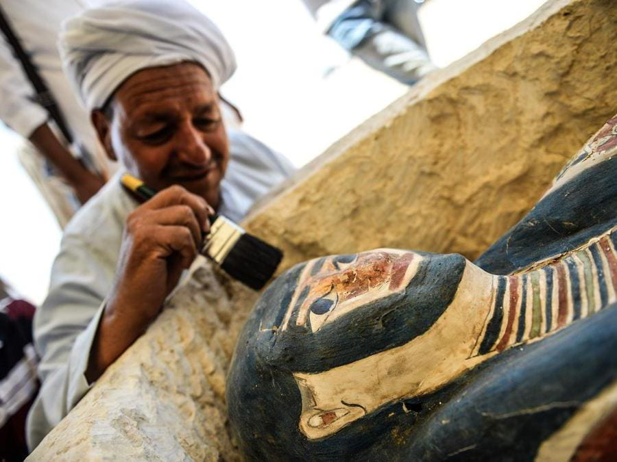 Un sarcofago, parte di una nuova scoperta effettuata a circa 300 metri a sud della piramide del re Amenemhat II nella necropoli di Dahshur. (Photo by Mohamed el-Shahed / AFP)