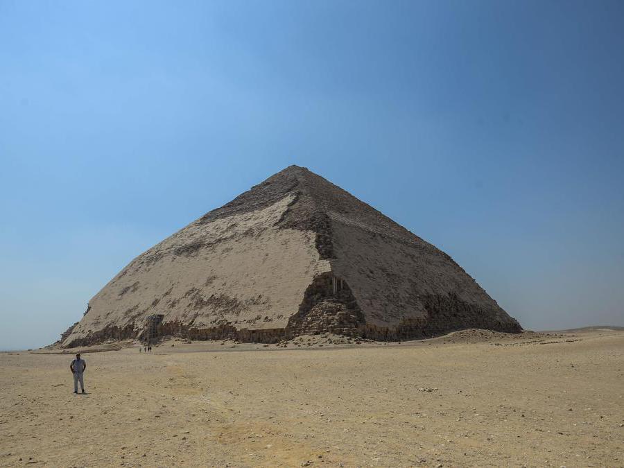La piramide Bent, piegata,  del re Sneferu, il primo faraone della 4a dinastia egizia, nell'antica necropoli reale di Dahshur sulla riva occidentale del fiume Nilo, a sud della capitale Il Cairo. (Photo by Mohamed el-Shahed / AFP)