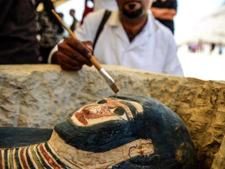 Un sarcofago, parte di una nuova scoperta effettuata a circa 300 metri a sud della piramide del re Amenemhat II nella necropoli di Dahshur, è esposto vicino alla Piramide Bent, a circa 40 km a sud della capitale egiziana Il Cairo. (Photo by Mohamed el-Shahed / AFP)
