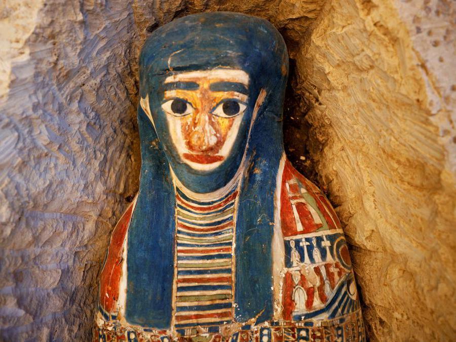 Sarcofago scoperto durante gli scavi archeologici vicino alla piramide del re Amenemhat II . REUTERS/Mohamed Abd El Ghany