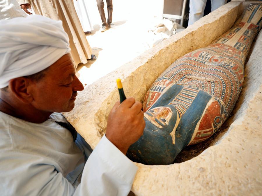 Un archeologo mostra un sarcofago scoperto vicino alla piramide del re Amenemhat II, a sud del Cairo. REUTERS/Mohamed Abd El Ghany