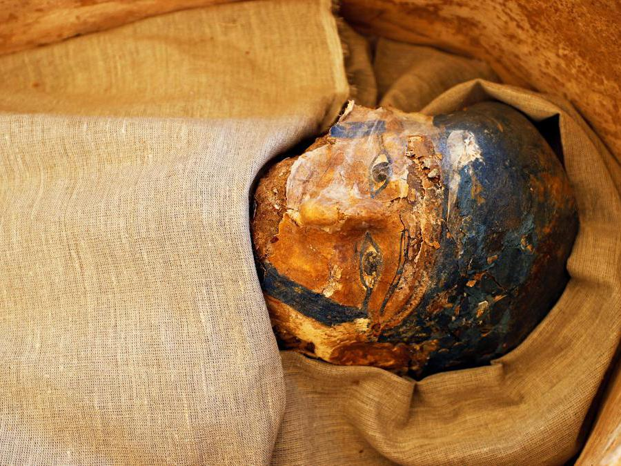 Una mummia che è stata scoperta vicino alla piramide del re Amenemhat II . REUTERS/Mohamed Abd El Ghany
