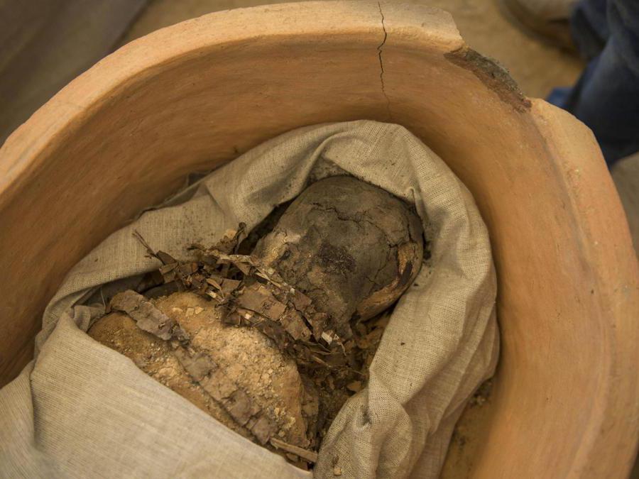 Gli archeologi mostrano una mummia scoperta durante gli scavi archeologici a circa 300 metri a sud della piramide del re Amenemhat II nella necropoli di Dahshur, a circa 40 km a sud del Cairo, in Egitto. Il ministero egiziano delle antichità ha detto che una missione archeologica ha scoperto una raccolta di pietre, sarcofagi in argilla e legno, alcuni dei quali contengono ancora mummie ben conservate, oltre a una collezione di maschere funerarie in legno e strumenti usati per tagliare pietre. EPA/MOHAMED HOSSAM