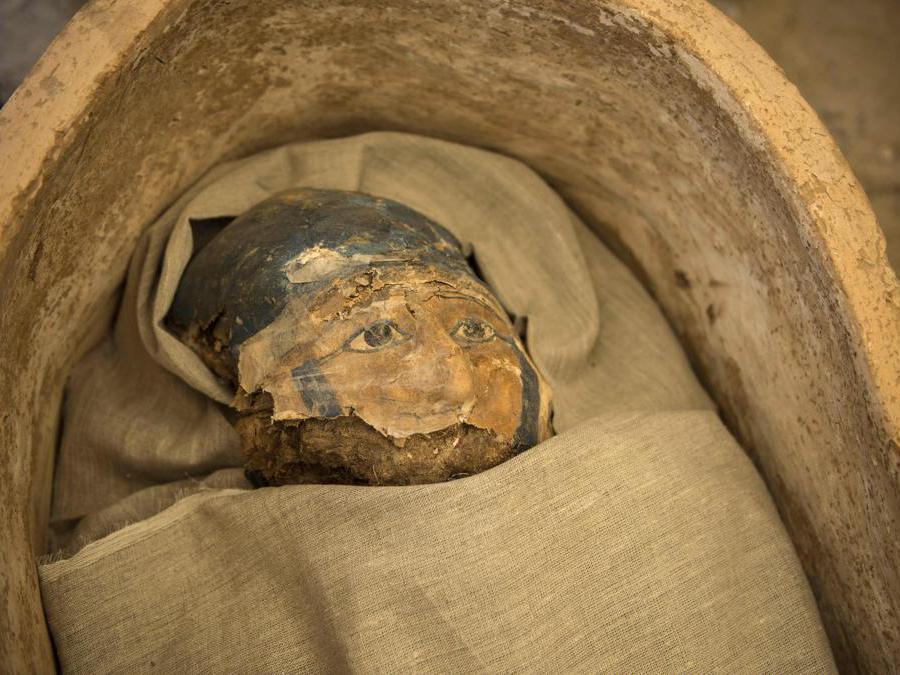 Gli archeologi mostrano una mummia scoperta durante gli scavi archeologici a circa 300 metri a sud della piramide del re Amenemhat II nella necropoli di Dahshur, a circa 40 km a sud del Cairo, in Egitto. EPA/MOHAMED HOSSAM