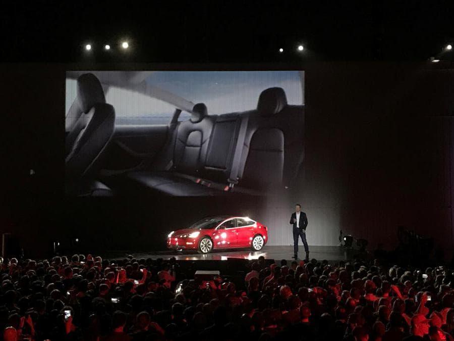 Con Tesla l'auto elettrica per tutti - La model 3 di tesla diventa l'icona dell'automobile elettrica per un mercato di massa: anticipa la svolta elettrica del mercato automobilistico globale