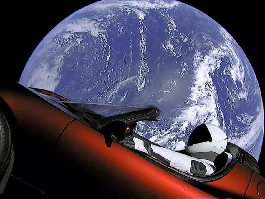 Tesla nello spazio - Per lanciare la sua avventura spaziale di SpaceX Musk lancia in orbita una Tesla Roadster