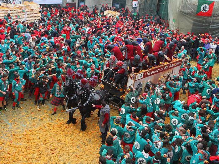 Al Carnevale di Ivrea torna in piazza la battaglia delle arance