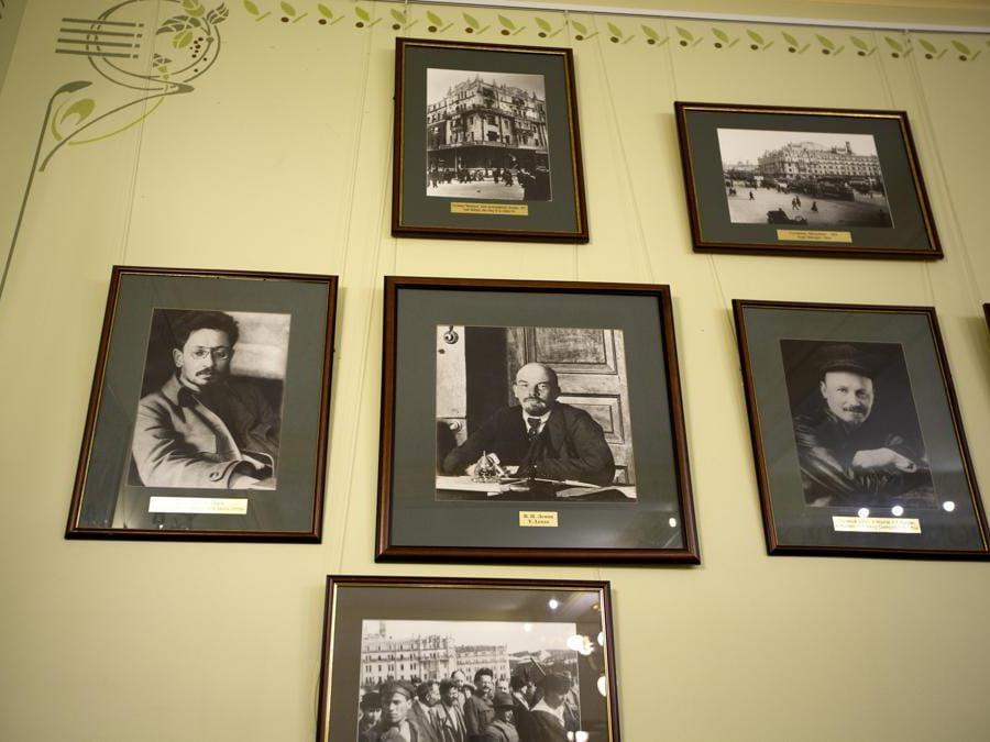 I ritratti dei leader rivoluzionari Leonid Trotsky, Vladimir Lenin e Nikolay Bukharin sono esposti sul muro all'interno del Metropol Hotel di Mosca, in Russia. (AP Photo/Alexander Zemlianichenko)