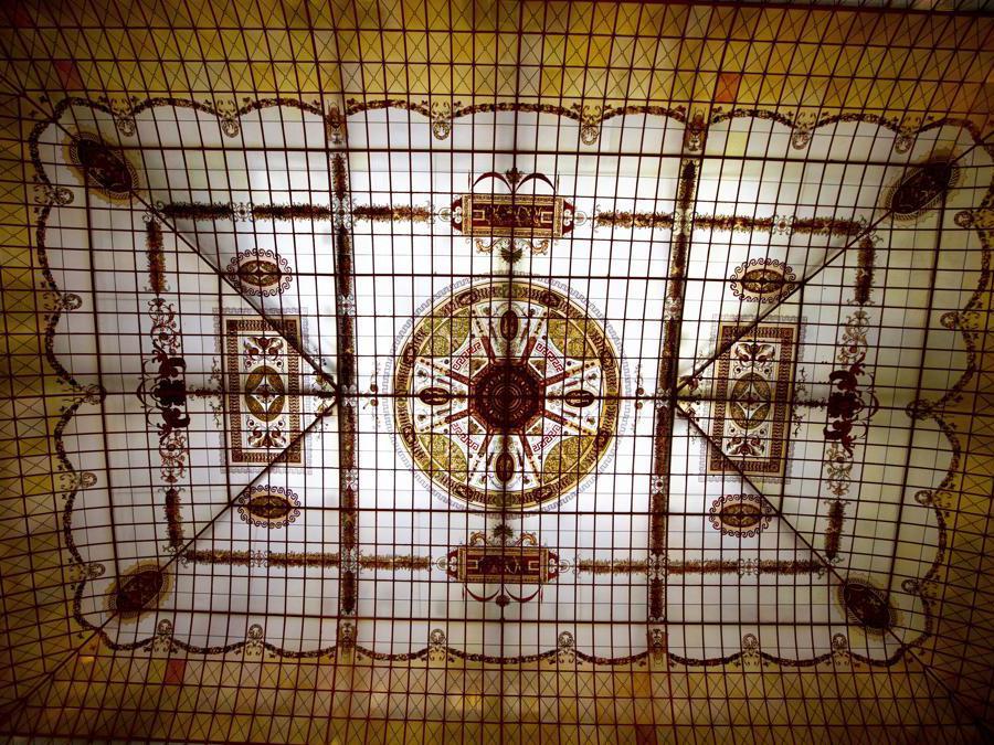 Un mosaico sul soffitto del ristorante all'interno del Metropol Hotel a Mosca. (AP Photo/Alexander Zemlianichenko)