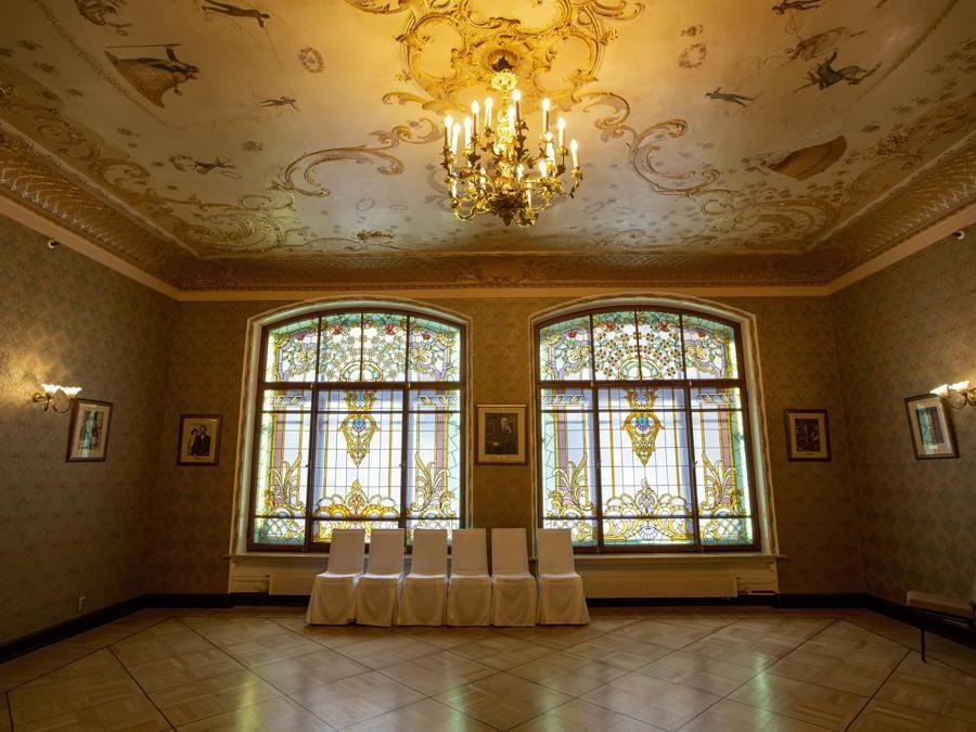 Una sala all'interno dell'iconico Metropol Hotel di Mosca. (AP Photo/Alexander Zemlianichenko)