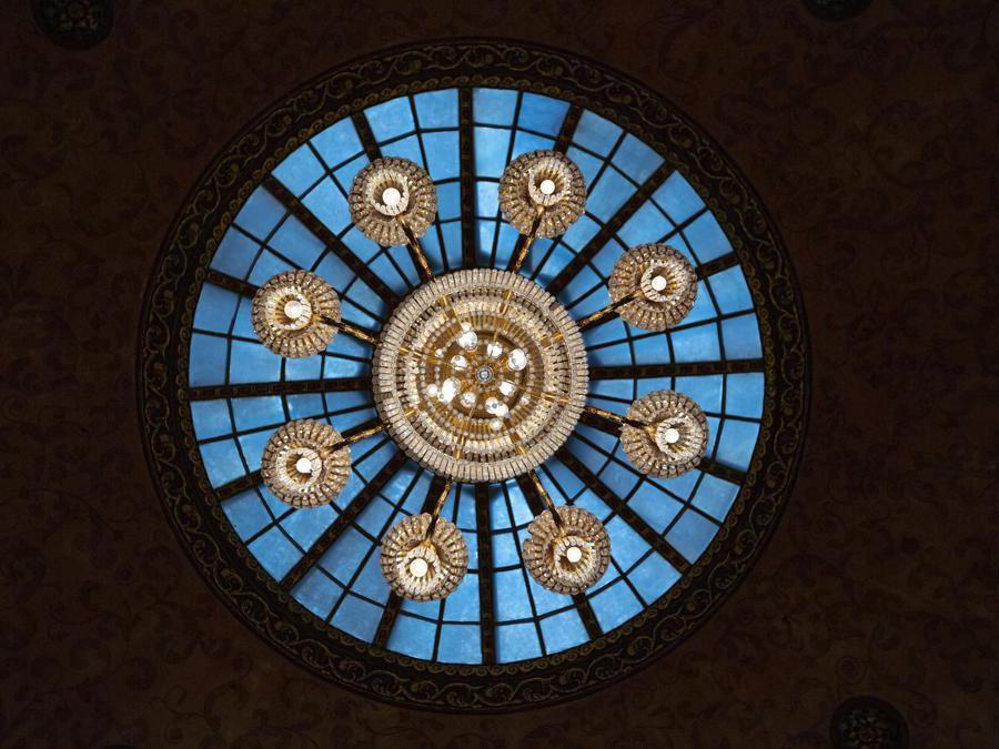 Un lampadario e un lucernario all'interno di una delle sale del Metropol Hotel di Mosca. (AP Photo/Alexander Zemlianichenko)