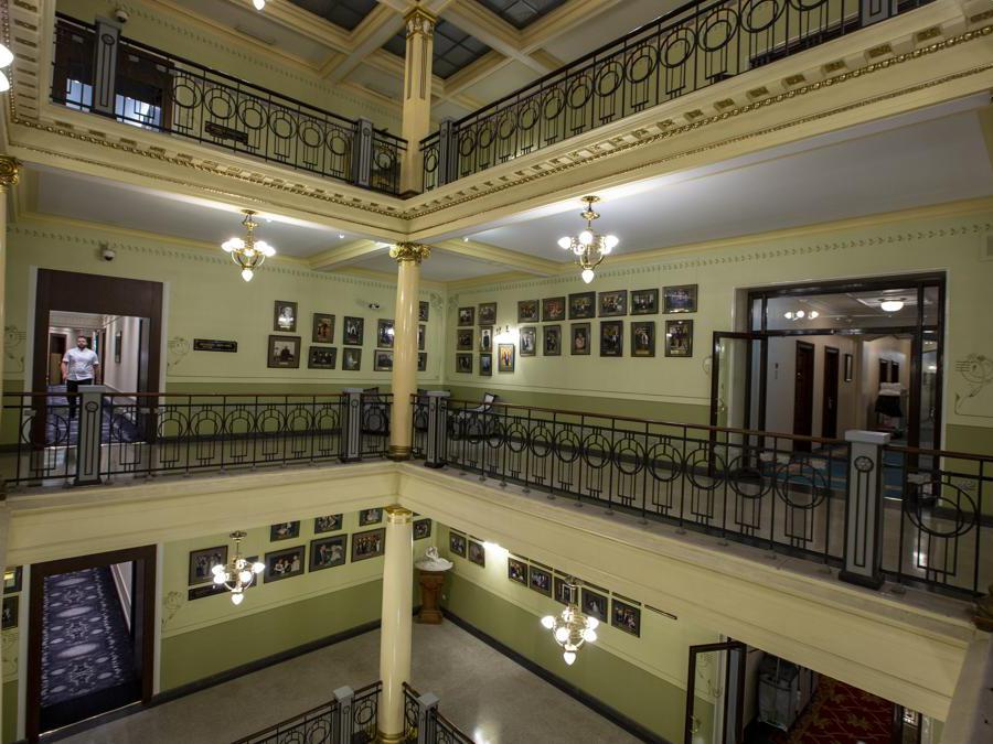 L'interno del Metropol Hotel di Mosca. (AP Photo/Alexander Zemlianichenko)