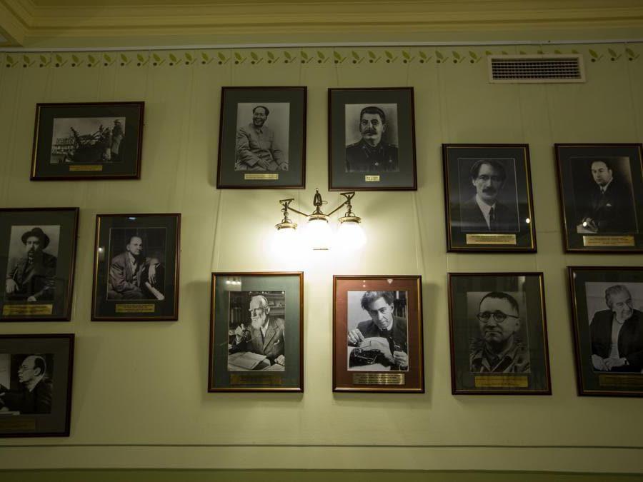 I ritratti di leader rivoluzionari tra cui il leader cinese Mao Zedong, il leader sovietico Joseph Stalin e altri importanti politici rivoluzionari sono esposti sul muro all'interno dell'iconico Metropol Hotel di Mosca. (AP Photo/Alexander Zemlianichenko)