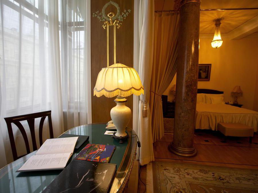 Una stanza dell'albergo. (AP Photo/Alexander Zemlianichenko)