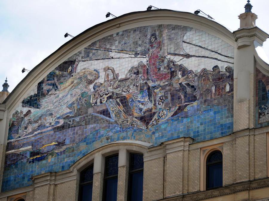 Il mosaico  Princess of Dreams del famoso artista russo Mikhail Vrubel decora la facciata dell' Hotel Metropol nel centro di Mosca. AFP PHOTO/ ALEXANDER NEMENOV (Photo by ALEXANDER NEMENOV / AFP)