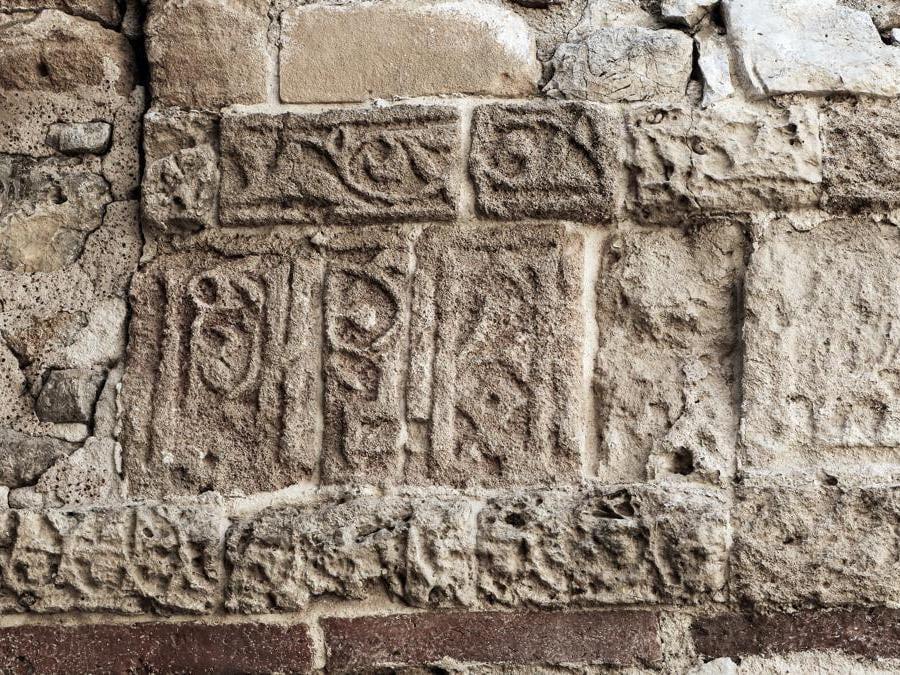 Cefalà Diana, Edificio termale, Particolare della fascia epigrafica
