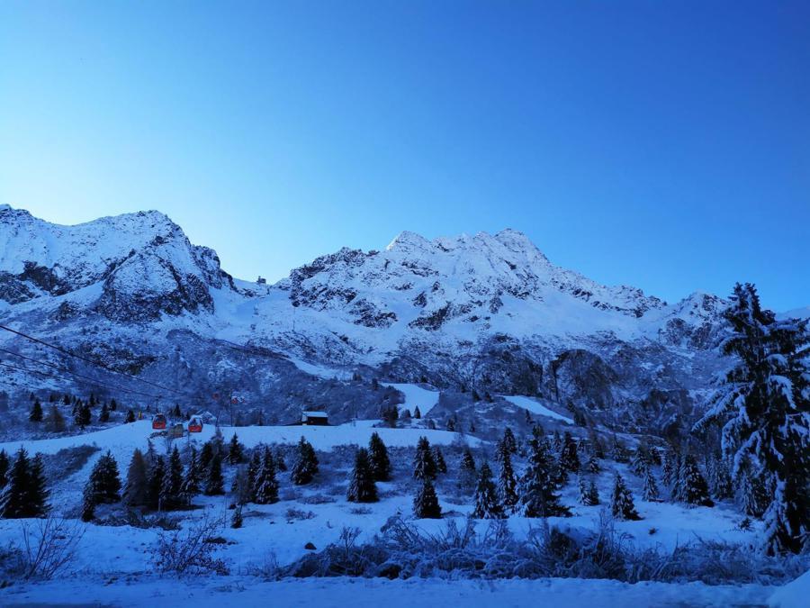Le piste sul ghiacciaio Presena al Passo del Tonale  (Ansa)