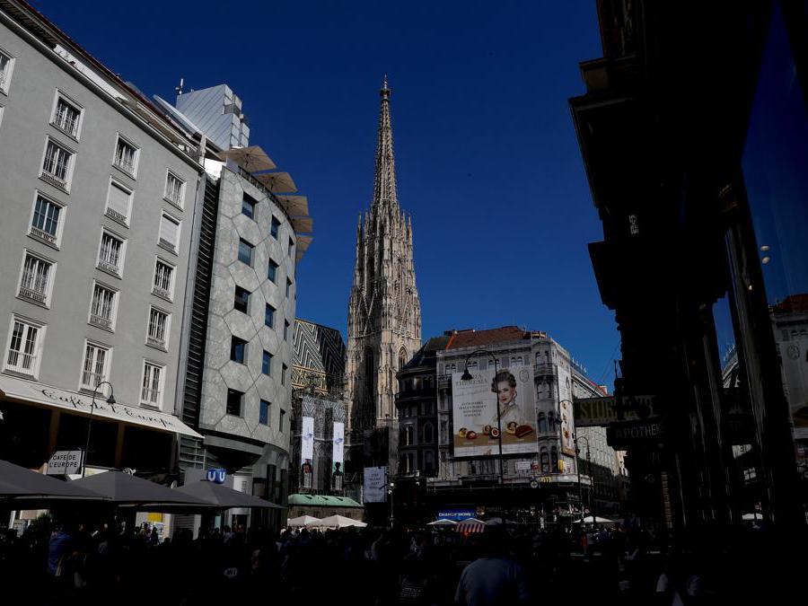 Alcuni turisti camminano verso la Cattedrale di Santo Stefano nel centro di Vienna. REUTERS/Leonhard Foeger