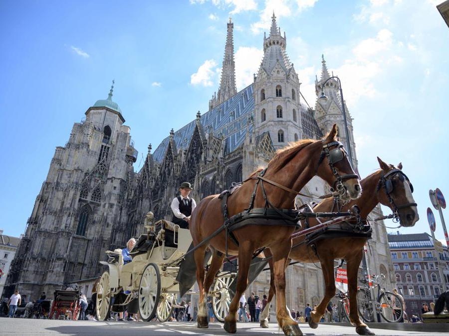 Una carrozza passa vicino alla cattedrale di Santo Stefano a Vienna. (Photo by JOE KLAMAR / AFP)