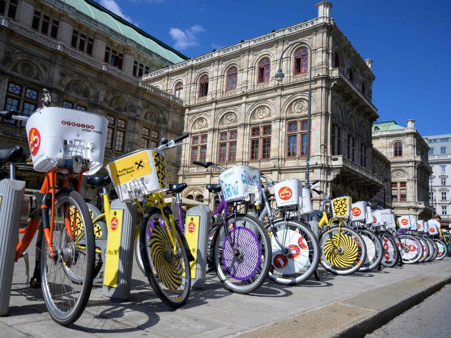 Biciclette parcheggiate  fuori dal Teatro dell'Opera di Vienna. (Photo by JOE KLAMAR / AFP)