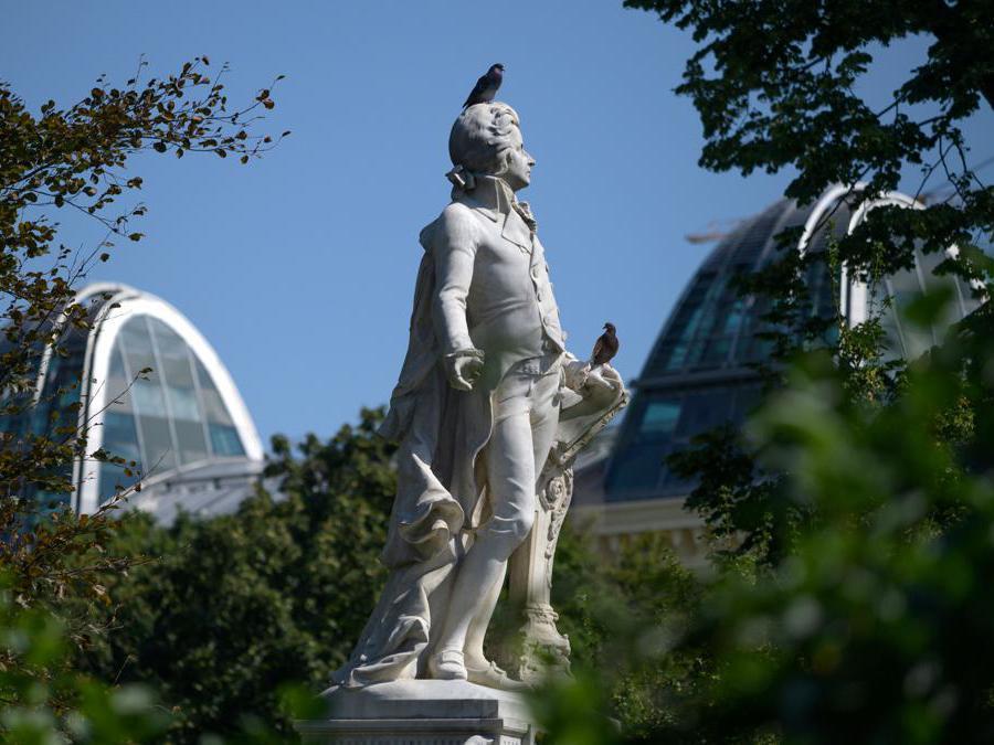 La statua del  compositore austriaco Wolfgang Amadeus Mozart  nel giardino di Burg a Vienna. (Photo by JOE KLAMAR / AFP)