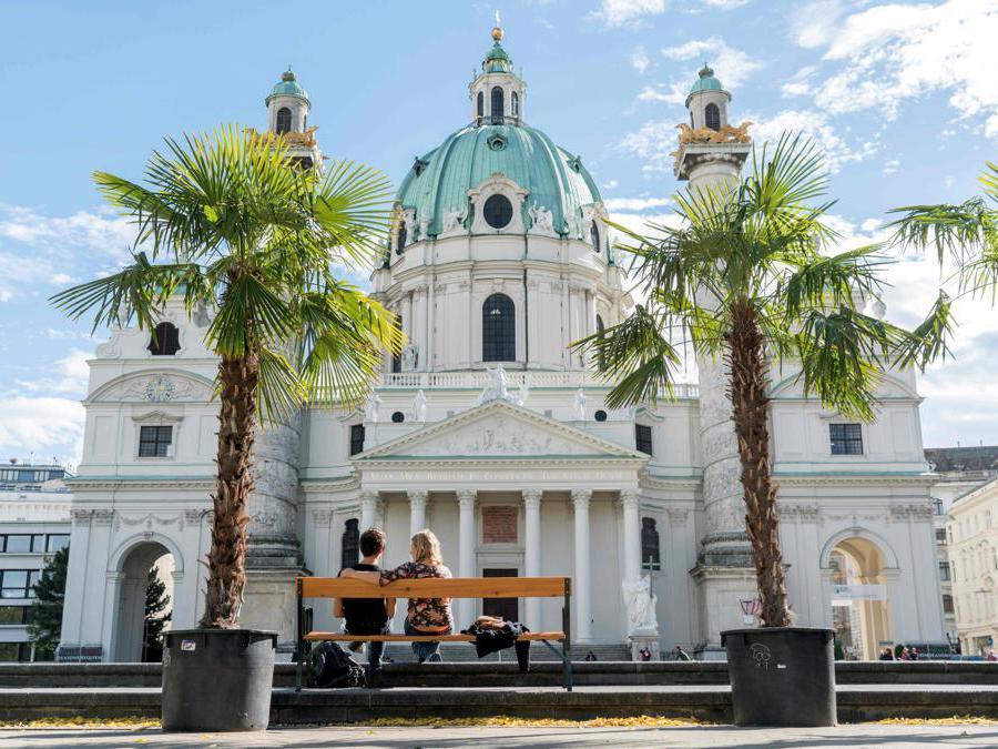 Karlskirche, o chiesa di San Carlo, in  Karlsplatz nella capitale austriaca. (Photo by JOE KLAMAR / AFP)